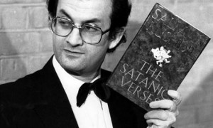 Salman Rushdie, een schrijver die wél ballen heeft (of is dat ook alweer seksistisch?)